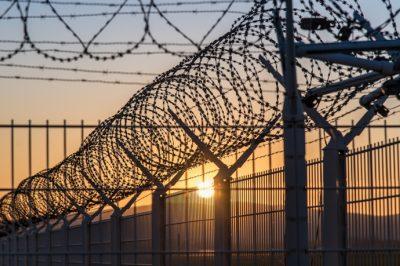 A szigorú szabályok ellenére is betört a vírus a börtönökbe – A BvOP szerint eddig egyetlen esetben sem került sor az ügyvédi látogatás korlátozására - Mit mond a Magyar Helsinki Bizottság?