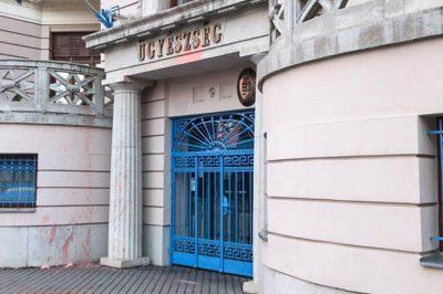 Festékkel dobálták meg a Csongrád Megyei Főügyészég épületét - Háttérben a dr. Czeglédy Csaba ügyvéd körüli ügy