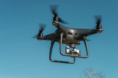 """Tilos és bűncselekmény a """"kukkolás"""" repkedő kütyükkel - Erősen korlátozottan használhatók a drónok lakott terület felett - Büntetés: akár százmillió..."""