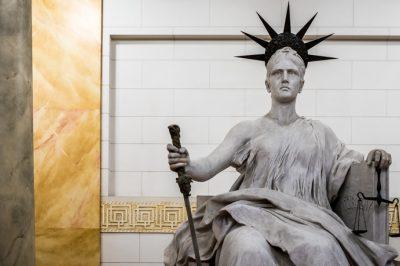 Mire van törvényes lehetősége az egyszerűsített felülvizsgálati eljárásban a bíróságnak? - Kúriai határozat