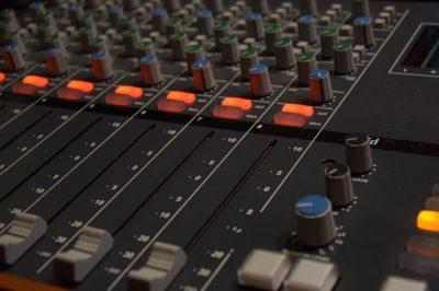 """Sértheti a hangfelvétel-előállító jogait a """"sampling"""", ha azt az engedélye nélkül végzik"""
