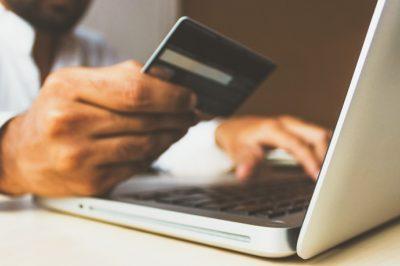 Uniós rendelet védi a vállalkozásokat az online közvetítőcégekkel szemben