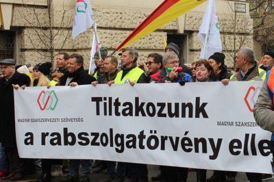 """Alkotmánybírósághoz fordulnak az ellenzéki pártok a munka törvénykönyvének módosítása miatt - """"Ürügy a balhéhoz"""" - írja a kormányzópárt"""