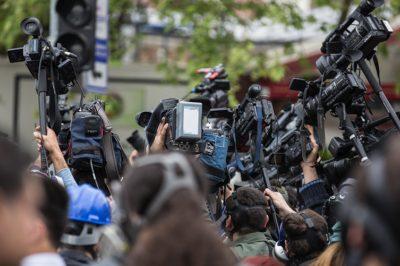 Ab: a közéleti sajtótájékoztatóról híven tudósító média nem felel hírnévrontásért