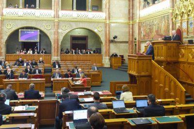A migráció és az uniós föderalizációs törekvések miatt szükséges módosítani az alaptörvényt - mondta a miniszter