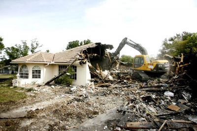 Gigabírság és bontás vár a szabálytalan építkezőkre