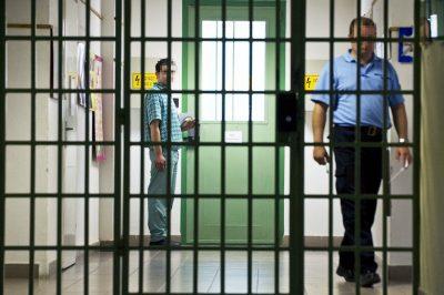 Mutatható a börtönőr arca, mert munkája során az államot képviseli – AB döntés