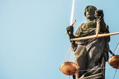 Sokan perelik a bíróságokat