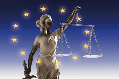 EU: továbbra is fontos a bírói függetlenség védelmének biztosítása