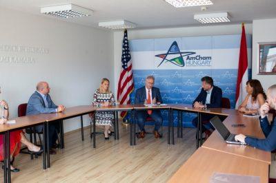 Együttműködési megállapodást írt alá az MJE és a magyarországi Amerikai Kereskedelmi Kamara