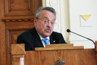 """Vége az """"ezermester"""" ügyvéd korszaknak, szakosodni kell - dr. Bánáti János helyzetelemzése Nyíregyházán"""