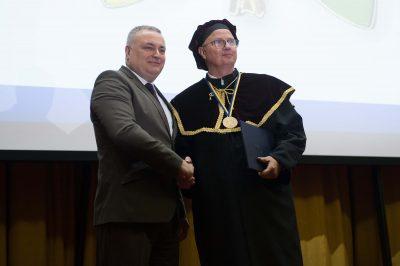 Az Ungvári Nemzeti Egyetem díszdoktorává avatták dr. Trócsányi Lászlót Kárpátalján