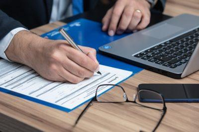 Változnak a közjegyzőkre és a bírósági végrehajtókra vonatkozó szabályok